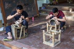 Βιετναμέζικα artisans που κάνουν τα παραδοσιακά θυμιατήρια χαλκού Στοκ εικόνα με δικαίωμα ελεύθερης χρήσης