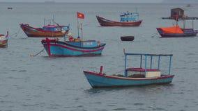 Βιετναμέζικες βάρκες σε ένα ηλιοβασίλεμα θάλασσας Nha Trang, τοπίο ταξιδιού του Βιετνάμ και προορισμοί απόθεμα βίντεο