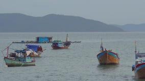 Βιετναμέζικες βάρκες σε ένα ηλιοβασίλεμα θάλασσας Nha Trang, τοπίο ταξιδιού του Βιετνάμ και προορισμοί φιλμ μικρού μήκους