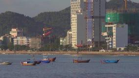 Βιετναμέζικες βάρκες σε μια θάλασσα στην ανατολή Nha Trang, τοπίο ταξιδιού του Βιετνάμ και προορισμοί απόθεμα βίντεο
