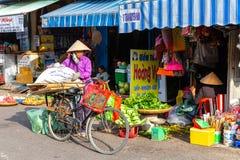 Βιετναμέζικες γυναίκες στο παραδοσιακό κωνικό καπέλο στο υγρό marke Στοκ Φωτογραφίες