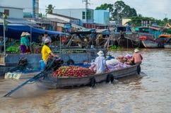 Βιετναμέζικη βάρκα στη να επιπλεύσει Tho δοχείων αγορά Στοκ Εικόνες