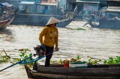 Βιετναμέζικη βάρκα στη να επιπλεύσει Tho δοχείων αγορά Στοκ Φωτογραφία