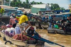 Βιετναμέζικη βάρκα στη να επιπλεύσει Tho δοχείων αγορά Στοκ εικόνες με δικαίωμα ελεύθερης χρήσης