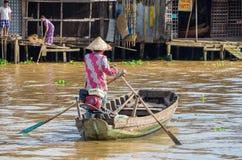 Βιετναμέζικη βάρκα στη να επιπλεύσει Tho δοχείων αγορά Στοκ Φωτογραφίες