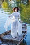 Βιετναμέζικη γυναίκα με το φόρεμα AO Dai Στοκ Φωτογραφίες