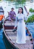 Βιετναμέζικη γυναίκα με το φόρεμα AO Dai Στοκ εικόνες με δικαίωμα ελεύθερης χρήσης