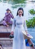 Βιετναμέζικη γυναίκα με το φόρεμα AO Dai Στοκ Εικόνα