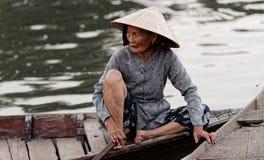 Βιετναμέζικη γυναίκα στη βάρκα στοκ φωτογραφία