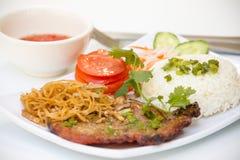 Βιετναμέζικη κουζίνα - ψημένη στη σχάρα μπριζόλα χοιρινού κρέατος με το ρύζι στοκ εικόνες