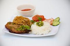 Βιετναμέζικη κουζίνα - ψημένη στη σχάρα μπριζόλα χοιρινού κρέατος με το ρύζι στοκ φωτογραφίες