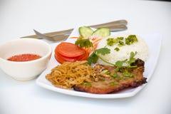 Βιετναμέζικη κουζίνα - ψημένη στη σχάρα μπριζόλα χοιρινού κρέατος με το ρύζι στοκ εικόνα