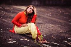 Βιετναμέζικη νέα όμορφη τοποθέτηση brunette σε ένα κόκκινο φόρεμα Στοκ φωτογραφίες με δικαίωμα ελεύθερης χρήσης