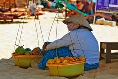 Βιετναμέζικη πωλήτρια φρούτων που στηρίζεται στη σκιά Στοκ Φωτογραφία
