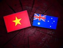 Βιετναμέζικη σημαία με την αυστραλιανή σημαία σε ένα κολόβωμα δέντρων που απομονώνεται Στοκ φωτογραφία με δικαίωμα ελεύθερης χρήσης