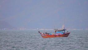 Βιετναμέζικο αλιευτικό σκάφος στη Θάλασσα της Νότιας Κίνας απόθεμα βίντεο