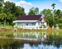 Βιετναμέζικο χωριό απομονωμένες στάσεις σπιτιών στην ακτή της λίμνης Στοκ εικόνες με δικαίωμα ελεύθερης χρήσης