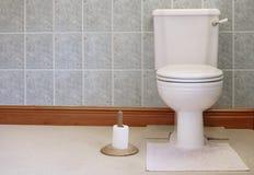 Βικτοριανός τουαλετών παν δεξαμενών στενός συνδεμένος κάτοχος εγγράφου μοχλών επίπεδος λευκός και χρυσός ξύλινος στοκ εικόνες