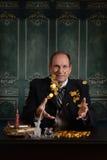 Βικτοριανό φιλάργυρο επιχειρησιακό άτομο που ρίχνει τα χρήματα στον αέρα Στοκ Εικόνα