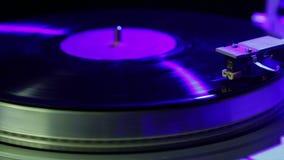 Βινυλίου στάσεις πικάπ στο disco ligh απόθεμα βίντεο
