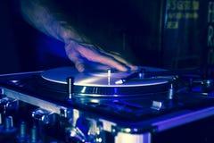 Βινυλίου ταχύτητα γρατσουνιών του DJ με την επίδραση λάμψης strobo στοκ φωτογραφία