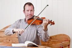βιολί παιχνιδιού ατόμων Στοκ εικόνες με δικαίωμα ελεύθερης χρήσης