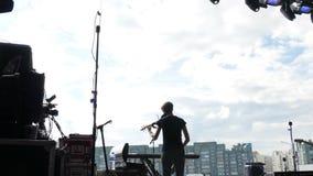 Βιολί παιχνιδιών μουσικών γυναικών άποψης πίσω πλευρών στη σκηνή στη συναυλία απόθεμα βίντεο