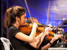 Βιολί παιχνιδιού κοριτσιών Στοκ Φωτογραφία