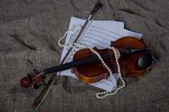 Βιολί, fiddlestick και bowtie, υπόβαθρο καμβά Στοκ Φωτογραφία