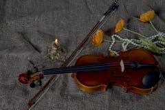 Βιολί, fiddlestick και bowtie, υπόβαθρο καμβά Στοκ Φωτογραφίες