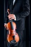 Βιολιστής με το κομψό κοστούμι που παίρνει ένα βιολί Στοκ Φωτογραφίες