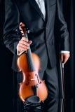 Βιολιστής με το κομψό κοστούμι που παίρνει ένα βιολί Στοκ Εικόνες