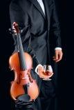 Βιολιστής με το ποτήρι του κονιάκ και του βιολιού Στοκ Φωτογραφίες