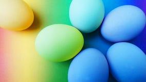 Βιολογικά οργανικά γαλαζοπράσινα κίτρινα τυρκουάζ αυγά Πάσχας σε ένα υπόβαθρο ουράνιων τόξων στοκ εικόνες με δικαίωμα ελεύθερης χρήσης