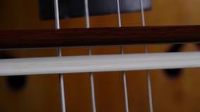 Βιολοντσέλο που παίζει κοντά επάνω απόθεμα βίντεο