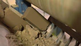 Βιομηχανία Άποψη των ελαττωματικών τούβλων που ανακυκλώνονται απόθεμα βίντεο