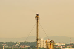 Βιομηχανία διυλιστηρίων πετρελαίου σωρών διεξόδων στη χώρα Στοκ φωτογραφίες με δικαίωμα ελεύθερης χρήσης