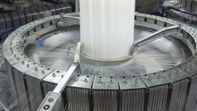 Βιομηχανία κλωστοϋφαντουργίας - στροφία νημάτων στην περιστρεφόμενη μηχανή απόθεμα βίντεο