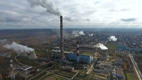 _ Βιομηχανία ρύπανσης Καπνίζοντας εγκαταστάσεις παραγωγής ενέργειας σε μια τεράστια βιομηχανική περιοχή φιλμ μικρού μήκους