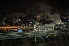 Βιομηχανία στη νύχτα με τον καπνό στοκ εικόνα με δικαίωμα ελεύθερης χρήσης