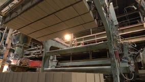 Βιομηχανία τούβλου Κατώτατη άποψη του αυτοματοποιημένου φορτωτή απόθεμα βίντεο