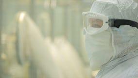 Βιομηχανία φαρμάκων Αρσενική ποιότητα επιθεώρησης βιομηχανικών εργατών των χαπιών που συσκευάζουν στο φαρμακευτικό εργοστάσιο αυτ στοκ φωτογραφία με δικαίωμα ελεύθερης χρήσης