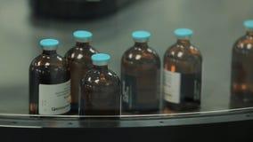 Βιομηχανία φαρμάκων Μεταφορέας μηχανών γραμμών παραγωγής στο εργοστάσιο με τα μπουκάλια φαρμακευτική παραγωγή του υγρού στοκ εικόνες με δικαίωμα ελεύθερης χρήσης