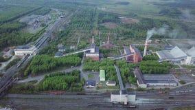 Βιομηχανικά εργοστάσιο και κτήρια κοντά στο δρόμο και το σιδηρόδρομο εναέρια όψη απόθεμα βίντεο