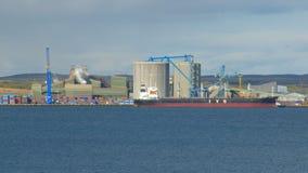Βιομηχανικά κτήρια εγκαταστάσεων για την παραγωγή του αλουμινίου στην Ισλανδία, στην ηλιόλουστη ημέρα απόθεμα βίντεο