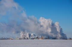 Βιομηχανικά κτήρια και καπνίζοντας σωλήνες Στοκ Εικόνες