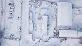 Βιομηχανικά κτήρια και υπόστεγα Βιομηχανική ζώνη στην πόλη έναν χιονώδη χειμώνα απόθεμα βίντεο