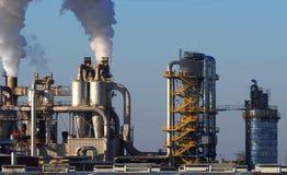 Βιομηχανικά κτήρια με τους σωρούς, τους σωλήνες, τις σκάλες και τα σιλό καπνού Στοκ Εικόνα