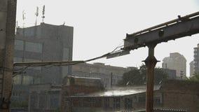 Βιομηχανικά κτήρια στη βροχή σε σε αργή κίνηση απόθεμα βίντεο