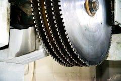 Βιομηχανικά κυκλικά πριόνια σε μια πέτρα Κινηματογράφηση σε πρώτο πλάνο στοκ φωτογραφία με δικαίωμα ελεύθερης χρήσης